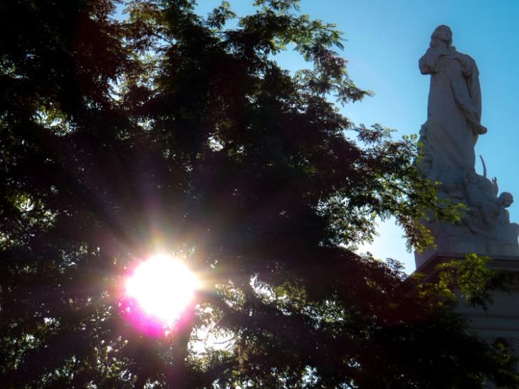 El sol saliendo por la plaza del Triunfo.