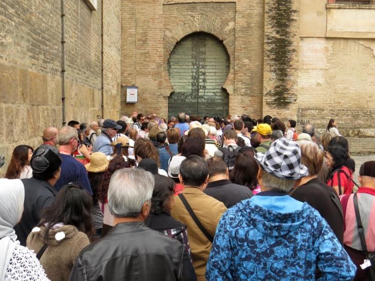 Colas en la Puerta del Lagarto.