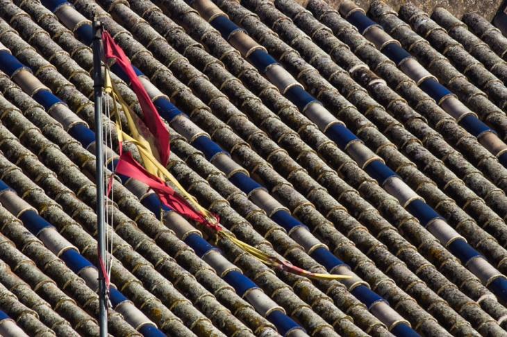 Bandera de España rota por el viento
