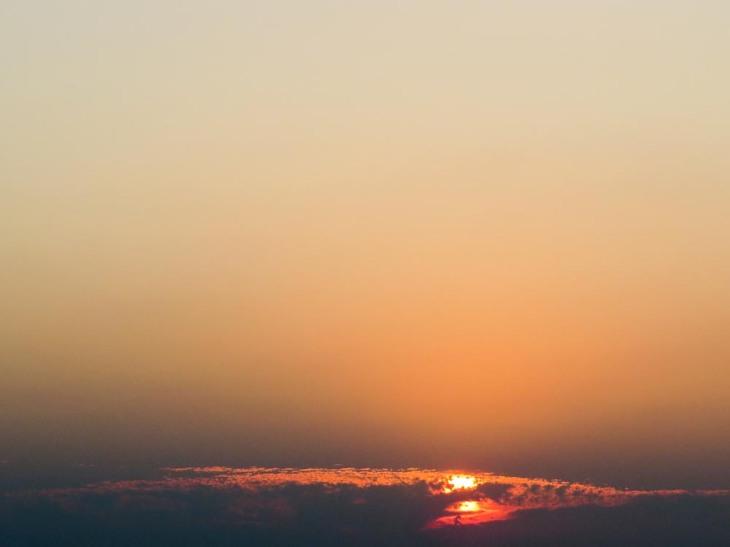El sol desaparece entre nubes