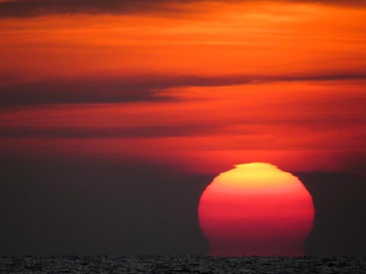 El Sol de sumerge en el mar