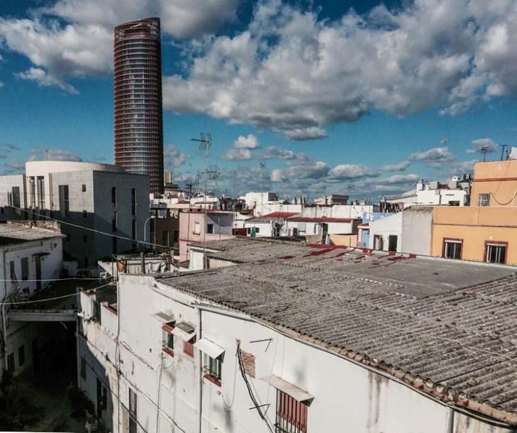 Patios y torre /Eduardo Briones