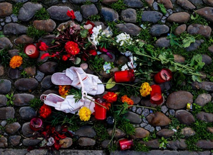 Flores, velas y zapatillas /Eduardo Briones