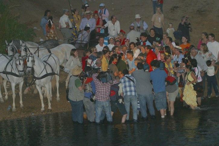 pantoja y Julian bautizando en el rio quema