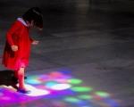En la Iglesia del Salvador entra la luz de Sevilla esa misma luz que sirve a esta niña para jugar con ella.